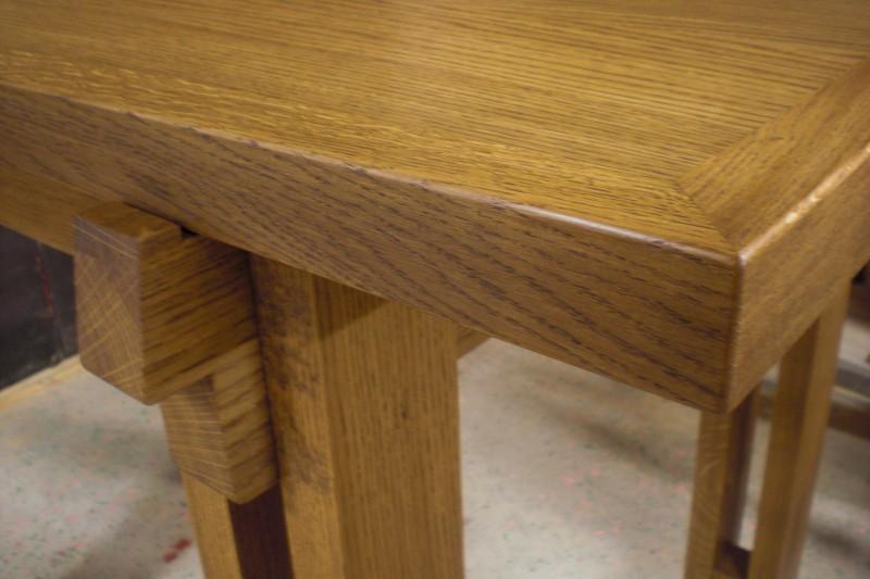 detalj färdigt altarbord med träskíva
